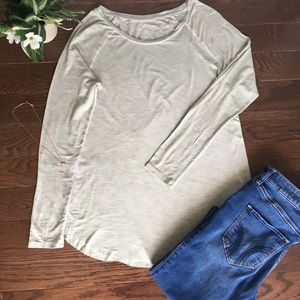 🌷American Eagle• Long-Sleeved Top